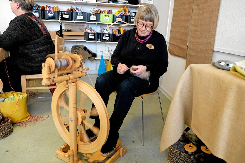 Birgit sidder ved rokken og spinder garn, der skal bruges til forskellige ting i strik. Foto: Niels Helver Niels Helver
