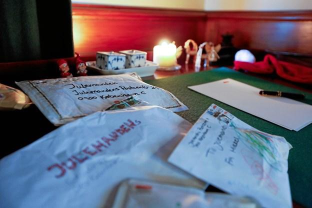 Igen i år sidder julemanden og hans hemmelige hjælpere klar til at hjælpe ham med at svare på breve fra tusindvis af børn.