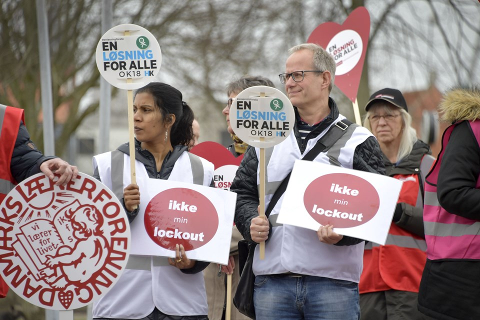 Kommunalt ansatte demonstrerer på Rådhuspladsen i FrederikshavnFoto: Bente Poder