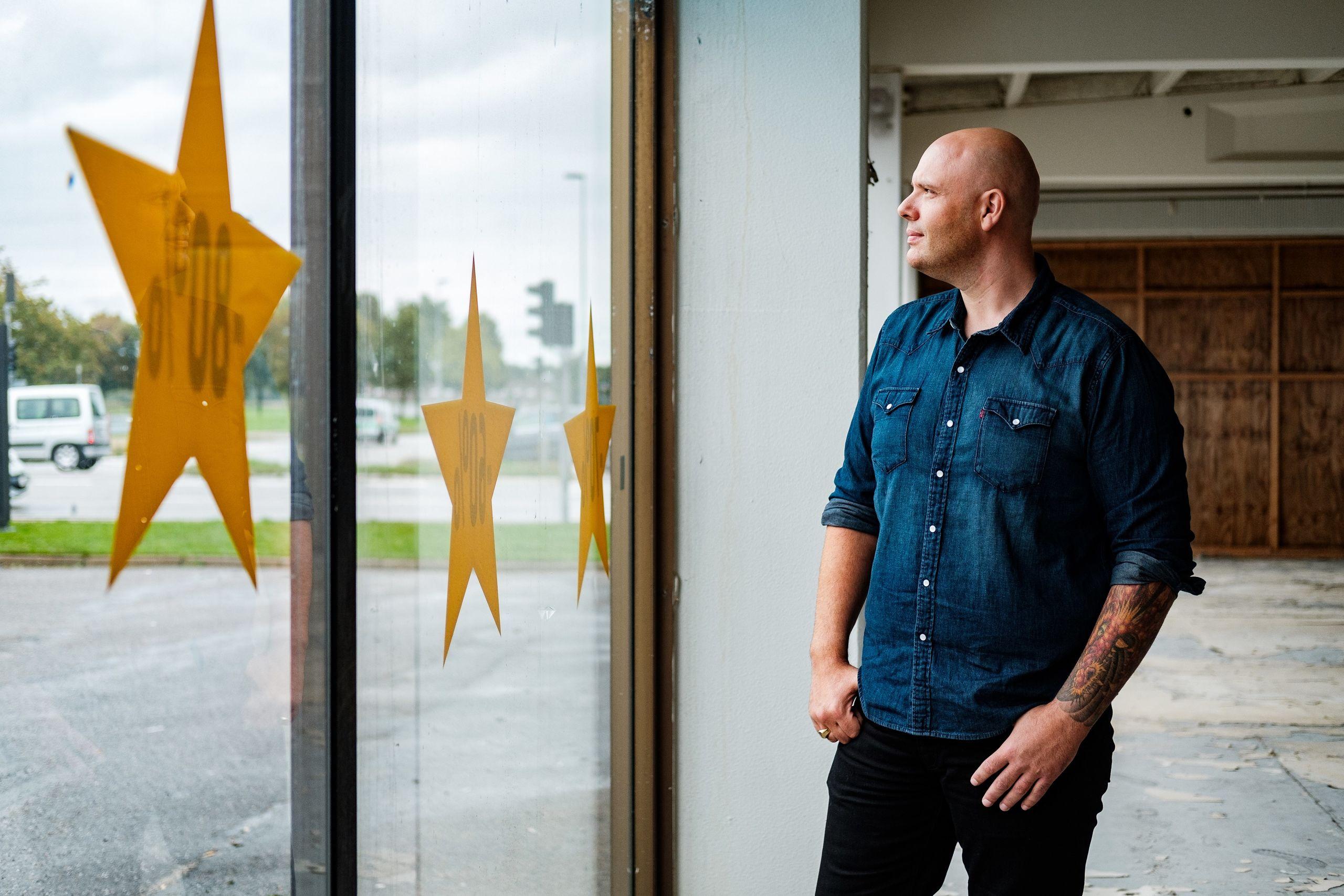 Jens-Peter Søborg er ikke bange for selv at tage arbejdshandskerne på, og han er derfor selv med til at renovere lokalet.