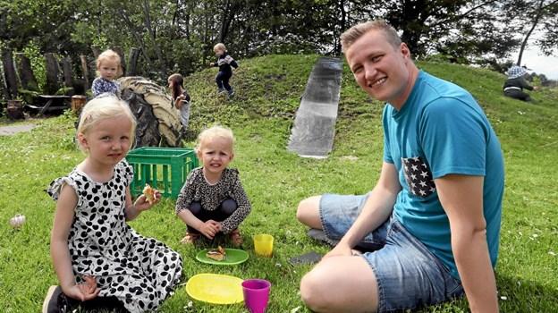 Silja og Elly hyggede med deres far, Kasper Møller. Foto: Allan Mortensen Allan Mortensen