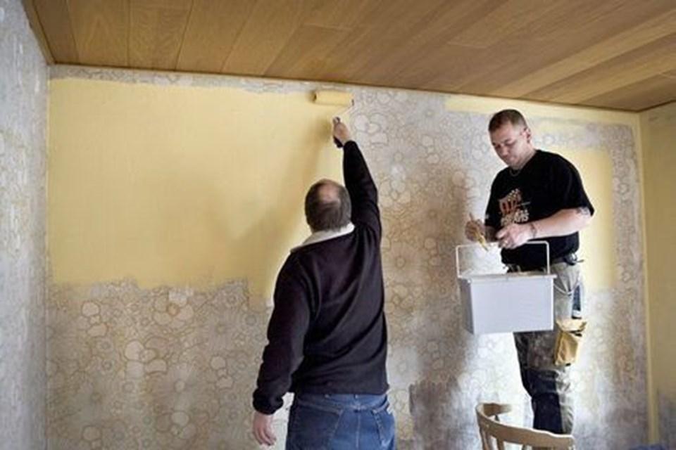 Huset er en realitet, og nu er der meget arbejde, der skal gøres. Her males stuen gul. arkivfoto: eva seider