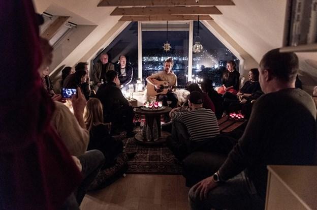 Tim Schou giver koncert i de intime rammer hos Annette og Kim Thinggaard i Hobro.  Foto: Laura Guldhammer