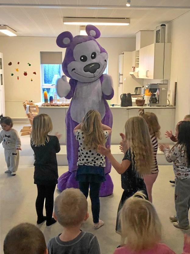 """""""Bamseven"""" blev i bogstaveligste forstand modtaget med åbne arme i Gedsted Børnehus.  Privatfoto"""