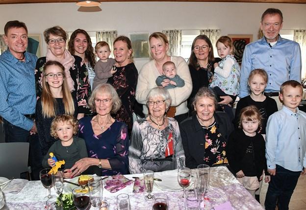 Fem generationer til fest - her er Karen Mathilde Bredal Rasmussen omgivet af et udpluk af den store familie. Foto: Bent Bach