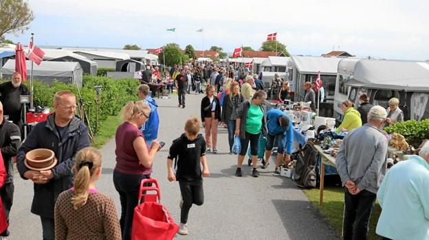Der var god handel og tæt trafik begge dage på Hedebo Campings 'hovedgade'. Foto: Tommy Thomsen