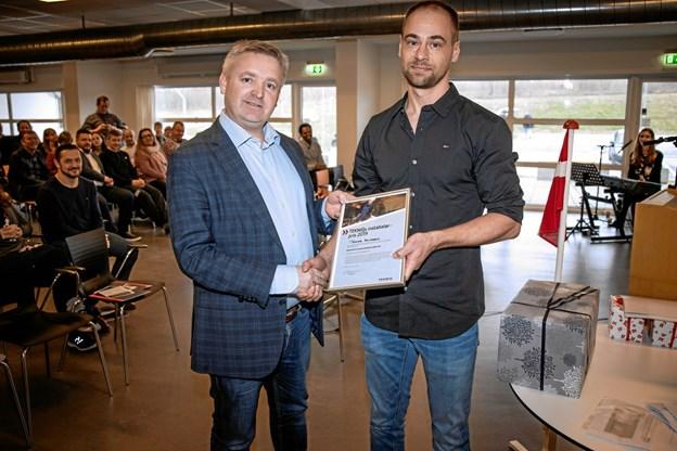 Morten Fals, adm. direktør hos Thomsen & Fals og næstformand i TEKNIQ-råd Nordjylland, til venstre, overrækker prisen til Thomas Knudsen. Privatfoto
