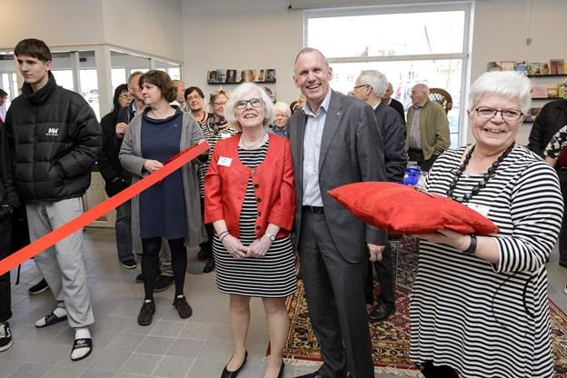 Erna Engedal Pedersen fra Røde Kors Hjørring ses her i selskab med generalsekretær Anders Ladekarl i forbindelse medåbningen af genbrugsbutikken i Østergade i 2017. Arkivfoto: Peter Broen