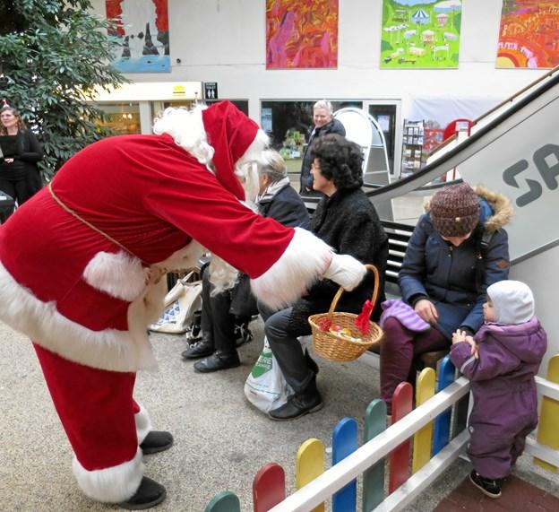 Den rare Julemand var rundt i hele byen og delte ud af godterne. Ved SuperBrugsen solgte det Danske Spejderkorps juletræer og selvfølgelig spillede Hadsund Skole-Orkester julemelodier i Storegade samt Butikscentret. Foto/tekst: hhr-freelance.dk