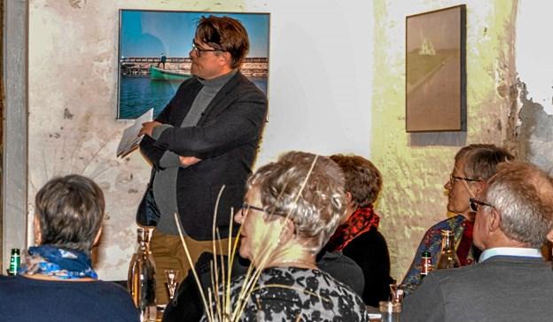 Museumsdirektør og historiker Anders Bloksgaard fortalte i ord og billeder om dengang da alkohol krigen rasede i Løgstør. Foto: Mogens Lynge