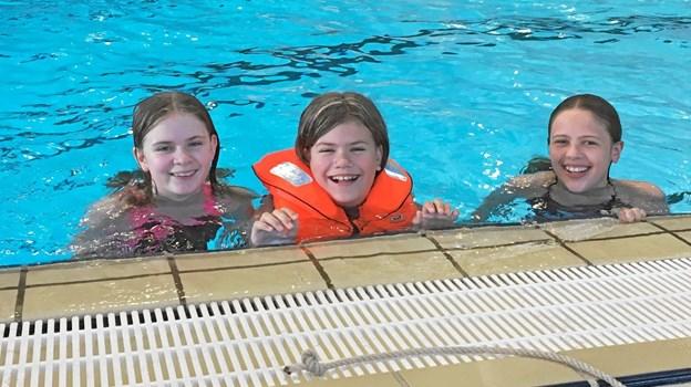 Efter en dag med undervisning i badesikkerhed, føler Soffi Muhlig, Emilia Jønsson og Leonora Morville sig meget mere trygge ved vandet end tidligere. Foto: Privatfoto Privatfoto