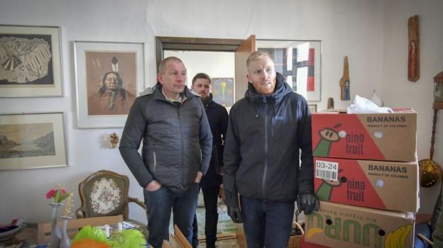 Lasse Pedersen (tv) og Andreas Ydesen i Krummes stue, der er ved at blive pakket ned. De to har overtaget ejendommen - bagved Simon Nielsen fra RealMæglerne, som har formidlet salget.Foto: Kim Dahl Hansen
