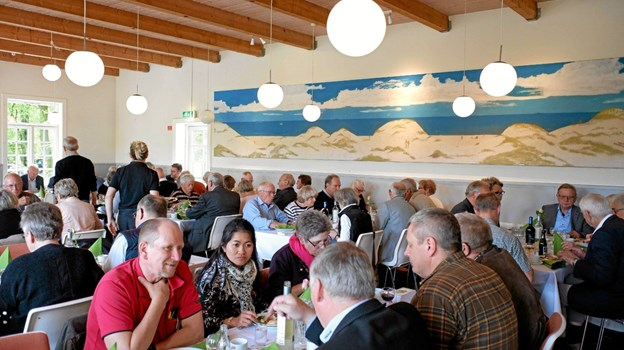 De mange gæster nød den gode mad i pavillonens hyggelige omgivelser, hvor frisen fra Glassalen er opsat. Foto: Niels Helver Niels Helver