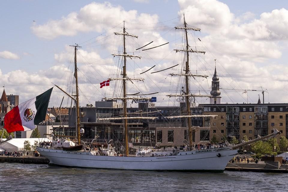 Med det enorme mexicanske flag i agterstavnen er skibet svært at overse. Foto: Lasse Sand