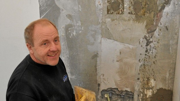 Henning fra JE BYG i fuld gang med at etablere et toilet til vuggestuebørnene. Foto: Ole Torp Ole Torp