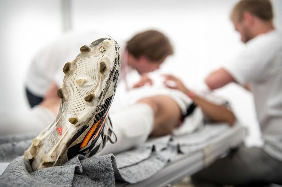 På Dana Cup er der stor risiko for, at der forekommer en del skader blandt de mange spillere. Når det sker, står frivillige sygeplejersker og læger til at behandle de uheldige.Foto: Daniel Bygballe