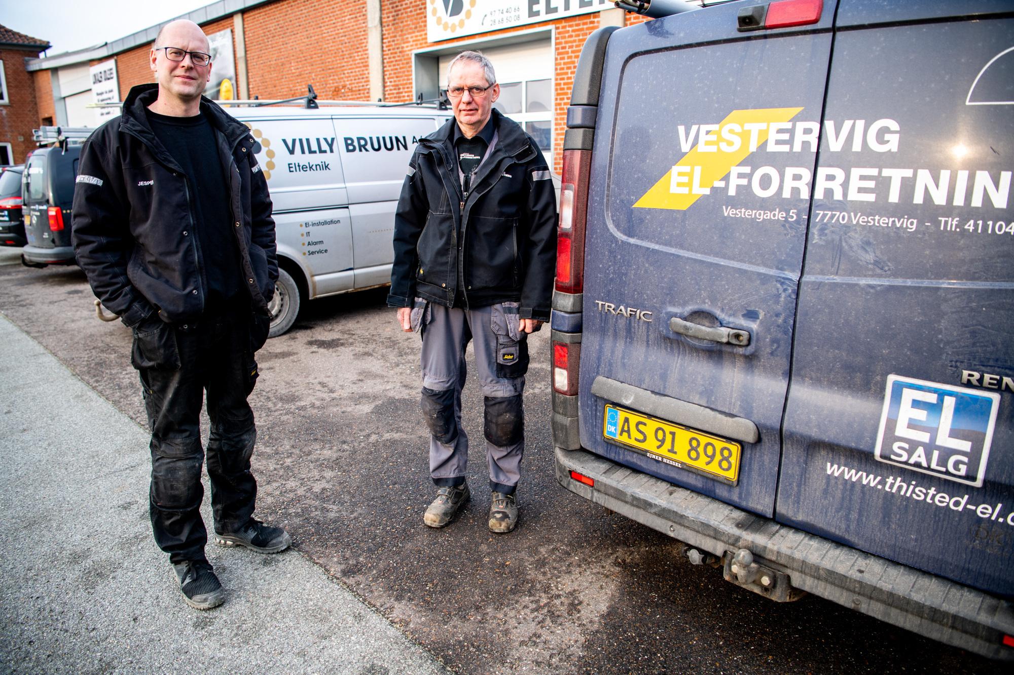 Villy Bruun i Hurup og Vestervig El-forretning hedder nu Hurup-Vestervig El-forretning - en del af Jysk Elteknik. Daglig leder bliver Jesper Hargaard, der her ses sammen med Mogens Enevoldsen. Foto: Diana Holm