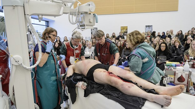 """På uddannelsesmessen """"Den Hvide Verden"""" er alting meget realistisk, så deltagerne kan få en indsigt i livet som for eksempel læge eller sygeplejerske. Arkivfoto: Peter Broen"""