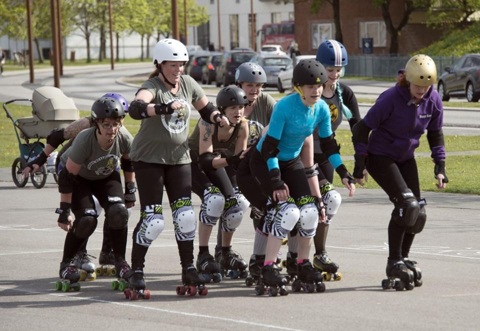 Roller derby er ræs på rulleskøjter, hvor man bliver udsat for kropskontakt.  Arkivfoto: Kurt Bering