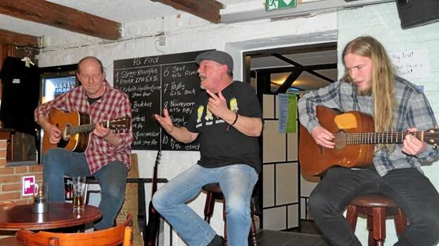 Slåbrock Band spiller i Bryggerstuen. Fra venstre Ole Albrechtsen, Kjeld Torbjørn og Torkild Mørch Albrechtsen. Foto: Arkivfoto Kirsten Olsen