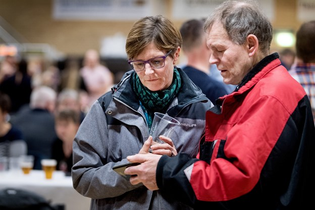 Slutresultatet blev studeret rundt omkring i hallen. Foto: Torben Hansen Torben Hansen