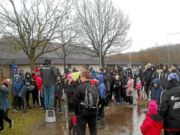 Fremmødet til årets fælles standerhejsning for samtlige fodboldspillere i LKB-Gistrup - uanset alder og køn - var relativt beskeden i det meget blæsende og regnfulde vejr. Foto: Kjeld Mølbæk Kjeld Mølbæk