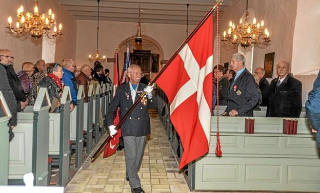 Højtideligheden er slut og fanerne bæres ud igen. Foto: Mogens Lynge Mogens Lynge