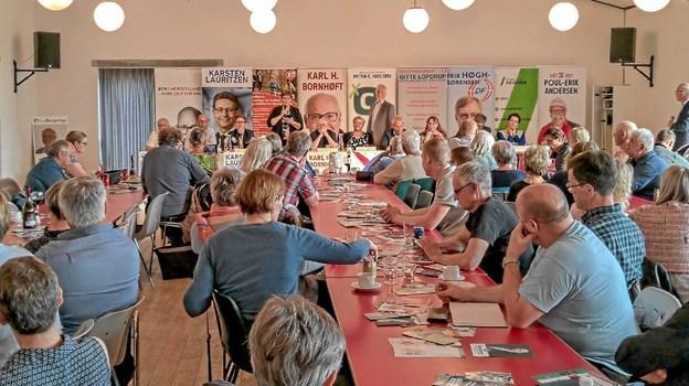 Omkring 100 deltog i det traditionelle vælgermøde på Klitgården i Tversted. Stemningen var god og debatlysten stor. Foto: Niels Helver Niels Helver