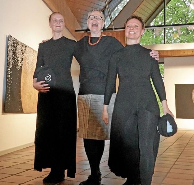 Kunstneren Ann Rasmussen havde inviteret to dansere med, da hun forleden viste rundt og fortalte om sin kunst. Foto: Jørgen Ingvardsen Jørgen Ingvardsen