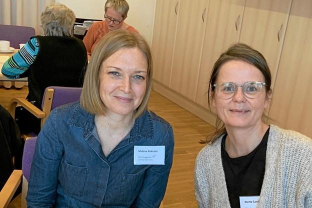 Malene Pekruhn (t.v.) og Mette Sandahl fra Ældre- og Handicapforvaltningen lagde forleden vejen forbi Hou Borgerhus med en orientering om kørselsordninger. Privatfoto