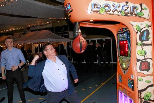 Selv om man er blevet ældre så skulle man vel nok kunne daske boksebolden en ordentlig en på frakken. Hans B. Henriksen
