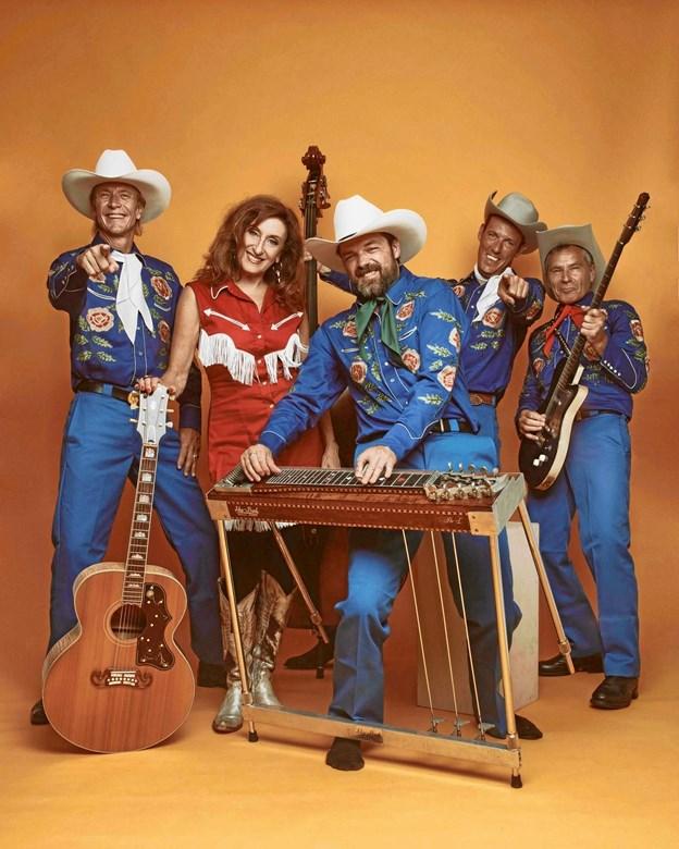 Tamra Rosanes og The Rowdy Cowboys - giver 25. koncert koncert hos Hammer Biler i Hobro. PR-foto