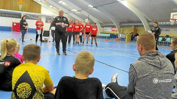 Marianne Hyldgaard bød velkommen til store og små i Løkken hallen. Foto: Kirsten Olsen