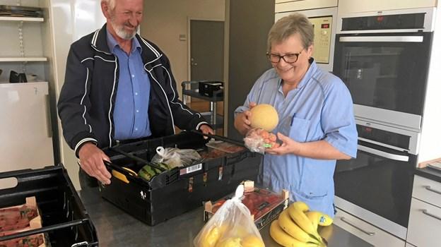 Folkepensionist og frivillig Knud Erling Pedersen (th.) henter to gange om ugen varer for Annet Hjort, der er køkkenansvarlig på Senhjerneskadecenter Nord.Privatfoto