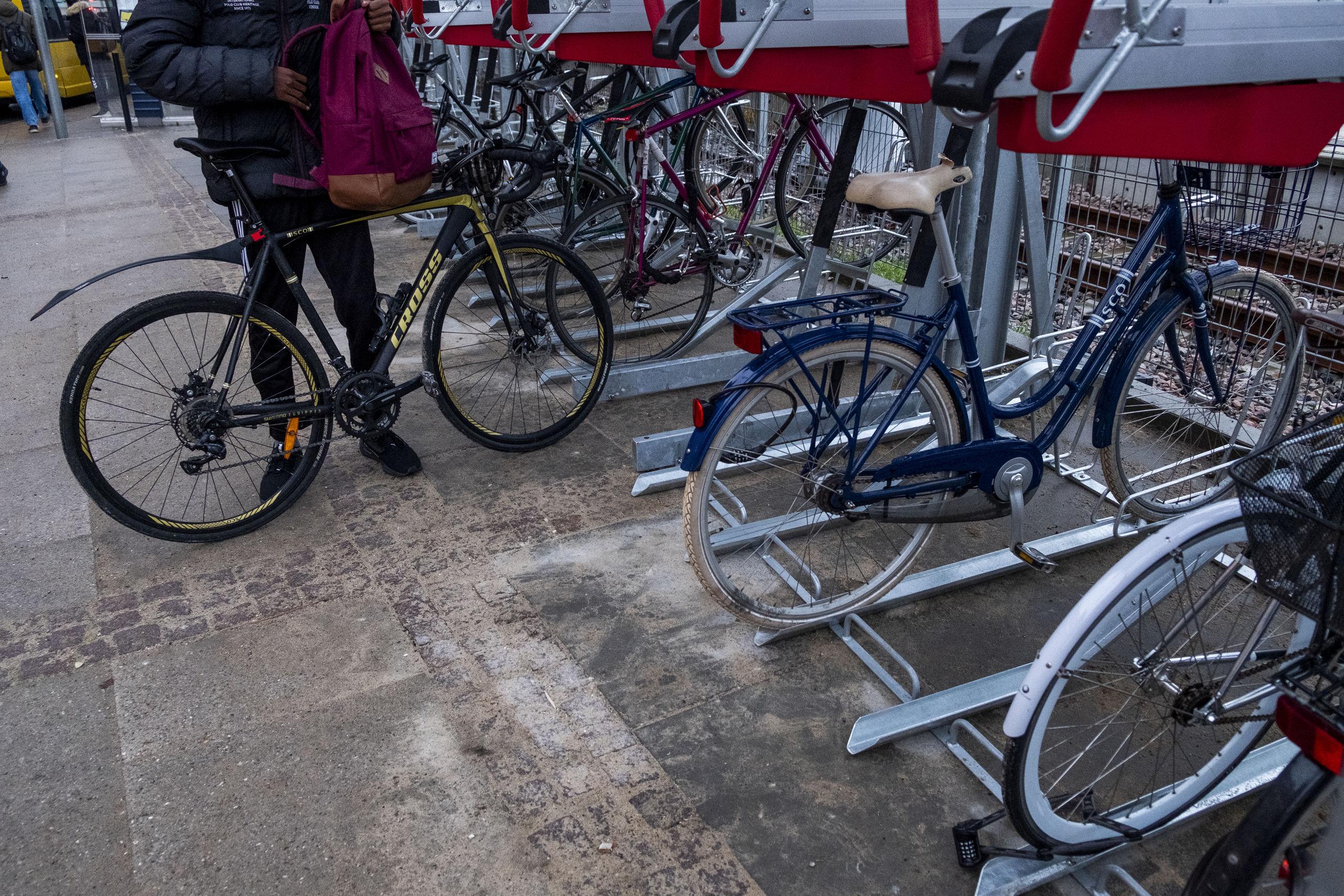 Mellem banegården og Kennedy Arkaden er der kommet cykelstativer i to etager. Arkivfoto: Lasse Sand