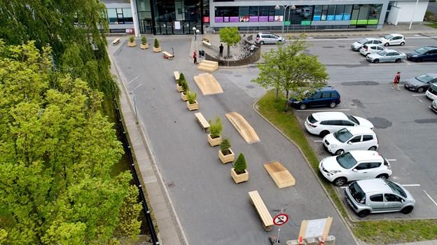 Sådan her vil pladsen foran DGI-huset i Aabybro se ud frem til udgangen af juni. I perioden vil pladsen være delvist afspærret for motorkøretøjer.
