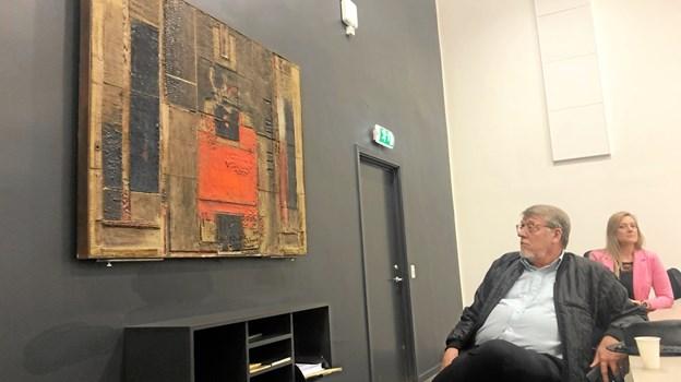 Dette keramiske relief af Arne M. Hansen deler lokale med Berit Hjelholts vægtæppe - værkerne har fået hver sin endevæg i sal A.