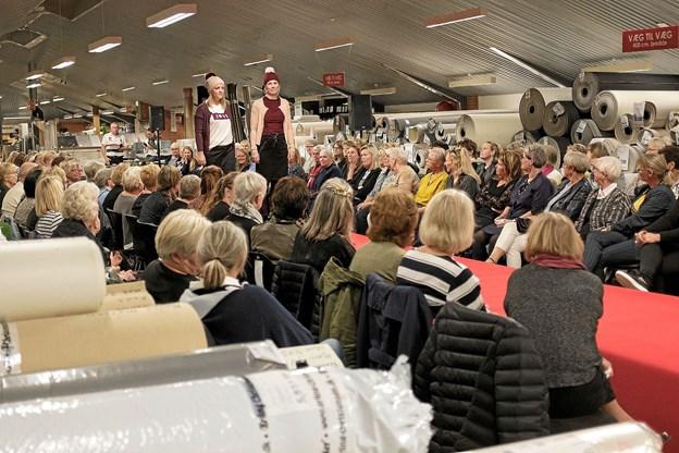 Blandt væg-til-væg tæpper var der stort modeshow hos EC Møbler. Her viser Jeanette og Chanette ungdommeligt hverdagstøj. Foto: Niels Helver