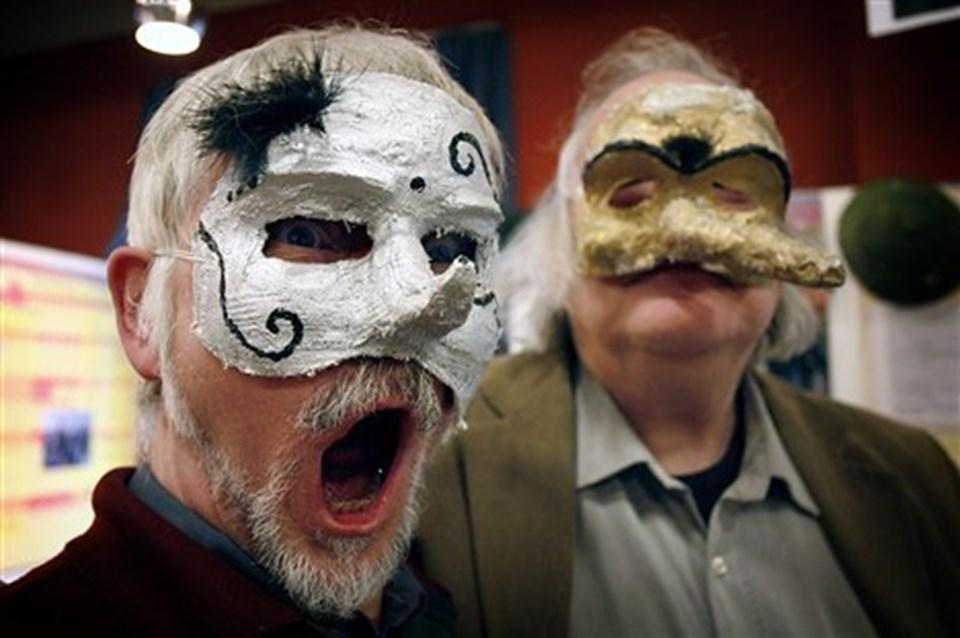 To af ildsjælene ved kulturmessen havde formummet sig bag teatermasker. Til venstre er det Jacob Jessen og til højre Jakob Oschlag. Foto: Klaus Madsen