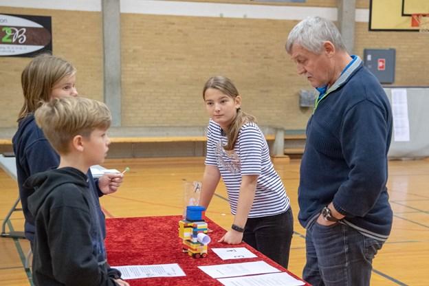 Lærer Kaj Sørensen på Sortebakkeskolen i Nørager sivede rundt i idrætscentret for at få personlig inspiration i de mange elevboder.