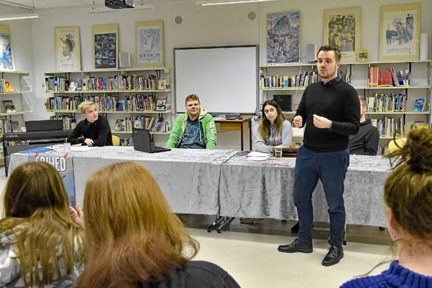 Folketingsmedlem Simon Kollerup var på skolen fra morgenstunden og indledte med at opfordre de unge til at deltage aktivt i debatten. Foto: Ole Iversen Ole Iversen