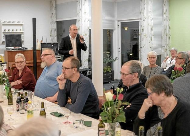 Efter middagen med gule ærter og tilbehør underholdt Bo Young med kendte sange og anekdoter. Foto: Niels Helver