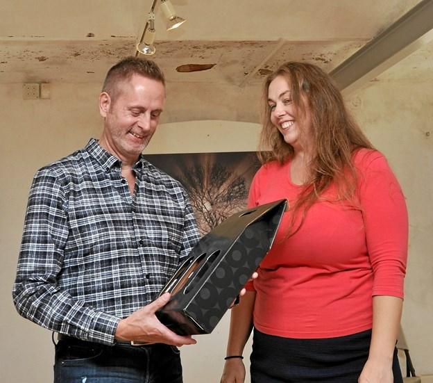 Som tak for hans fotografiske indsats overrakte museumsleder Anne Provst Ole Sejfert en vingave. Foto: Ole Torp
