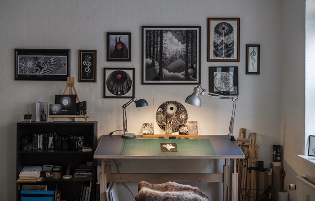 Skovbillederne over skrivebordet er nogle af Simons egne favoritter. Det store i midten er dog et tryk, der er forstørret væsentligt i forhold til originalen. LASSE SAND Lasse Sand