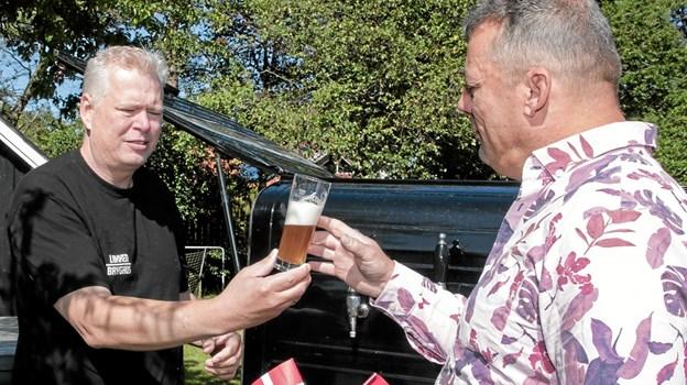 Jørgen Valentin var den første som Kent Boalth skænkede den nye øl for. Foto: Peter Jørgensen Peter Jørgensen