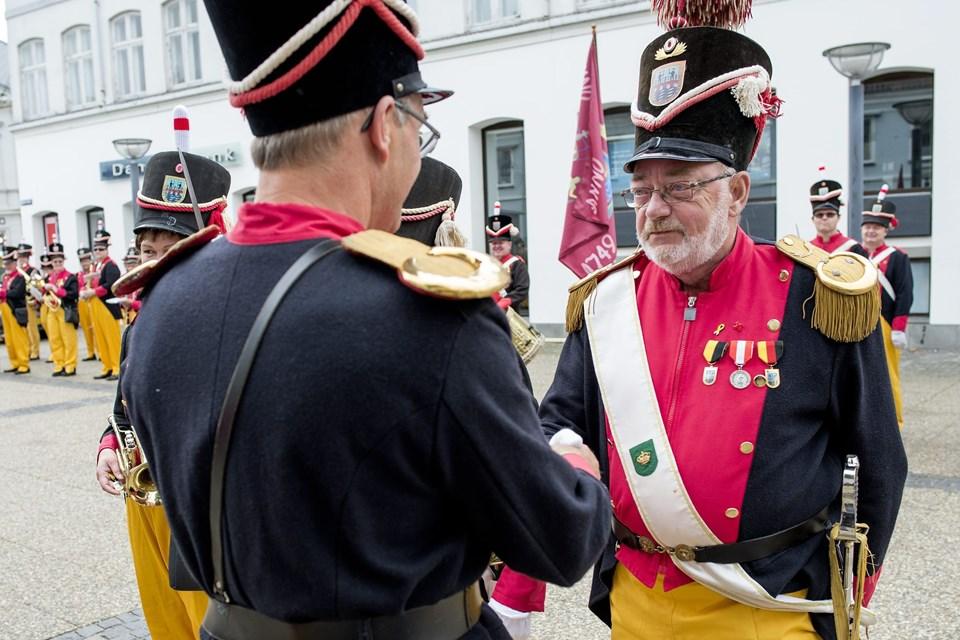 Kaptajn John Bastrup fik selv medalje for fem års tro tjeneste. Foto: Henrik Bo