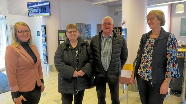 Hanne Fjeldgaard (til højre) kunne overdrage et par af sine trofaste kunder fra Vrensted, Grethe og Ib Hansen til sin yngre kollega Louise Førby, som nu får arbejdssted i afdelingen i Brønderslev. Foto: Kirsten Olsen
