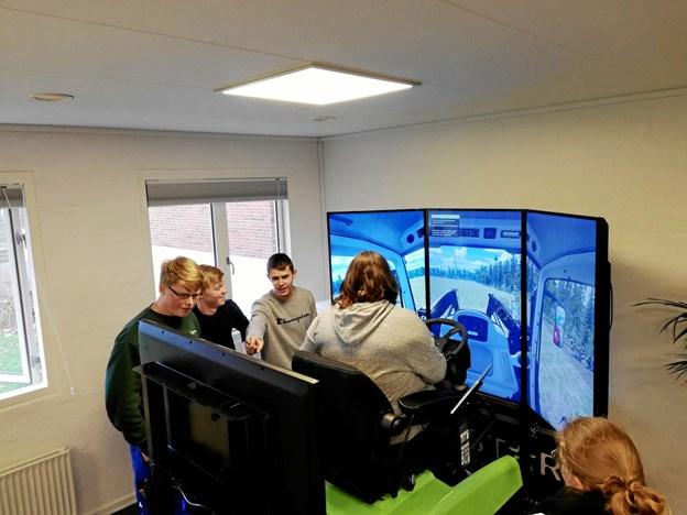Eleverne på Morsø Landbrugsskole går levende op i at øve sig på den nye simulator. PR-foto.