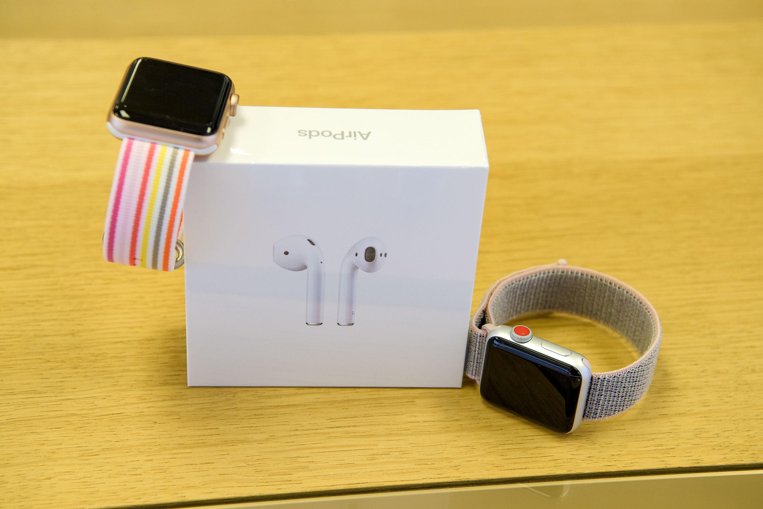 Apple Watch til kvinderne og trådløse hovedtelefoner til manden. Foto: Anne Helene Kahr Thomsen