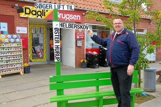Morten Hald fra Brugsen i Veddum vil gerne have et lift til Helberskov.  Privatfoto